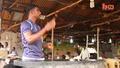Индиец работи с бързина в кухнята