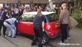 Жена е паркирала своя Mini Cooper и пречи на трамвая да мине