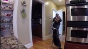 Пич плаши майка си с плюшено куче