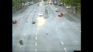 Моторист се блъска в кола със страшна скорост