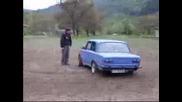 Lada Прави Drift Около Човек