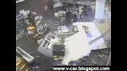 Кола влиза в магазин - човек оцелява по чудо