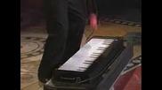 Човек Свири На Пиано С... Топките Си!!!