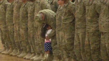 Дете вижда баща си след 9 месеца и прекъсва военна церемония, за да го прегърне