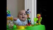 Бебе се смее и прави майка му на луда !!!
