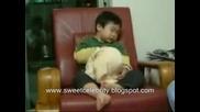 Бебе Което Спи По Много Смешен Начин