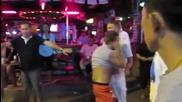 Пиян турист яде бой от тайландски момичета на улица Бангла Роуд в Пукет