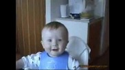 Бебе се смее като пияно !! :d