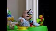 Бебче се смее и плаши от майка си
