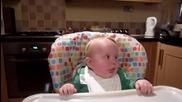 Бебе се смее много яко