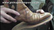 Обущар сменя подметките на обувки