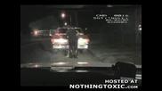 Полицаите Прибират Човек, Който Кара Колата Си Гол