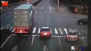 Шофьор на камион прави добра маневра, за да избегне удар
