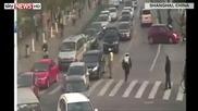Китайски полицай с риск за живота си успява да спре пиян шофьор!