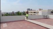 Лудак скача в басейн от многоетажна сграда