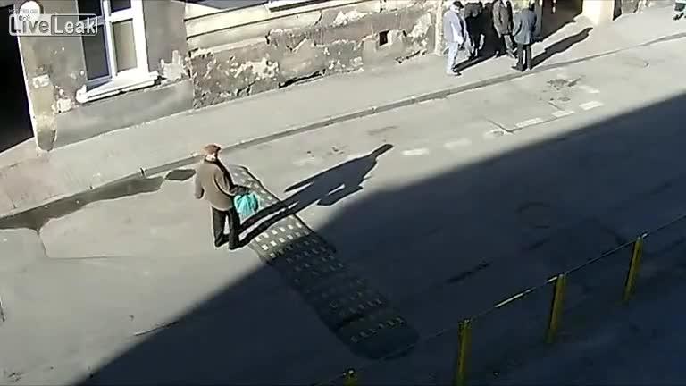Един мнооого висок легнал полицай