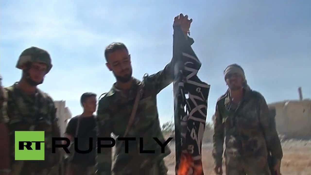 Syrští vojáci jásají u pálení vlajky bojovníků Islámského státu (+VIDEO)