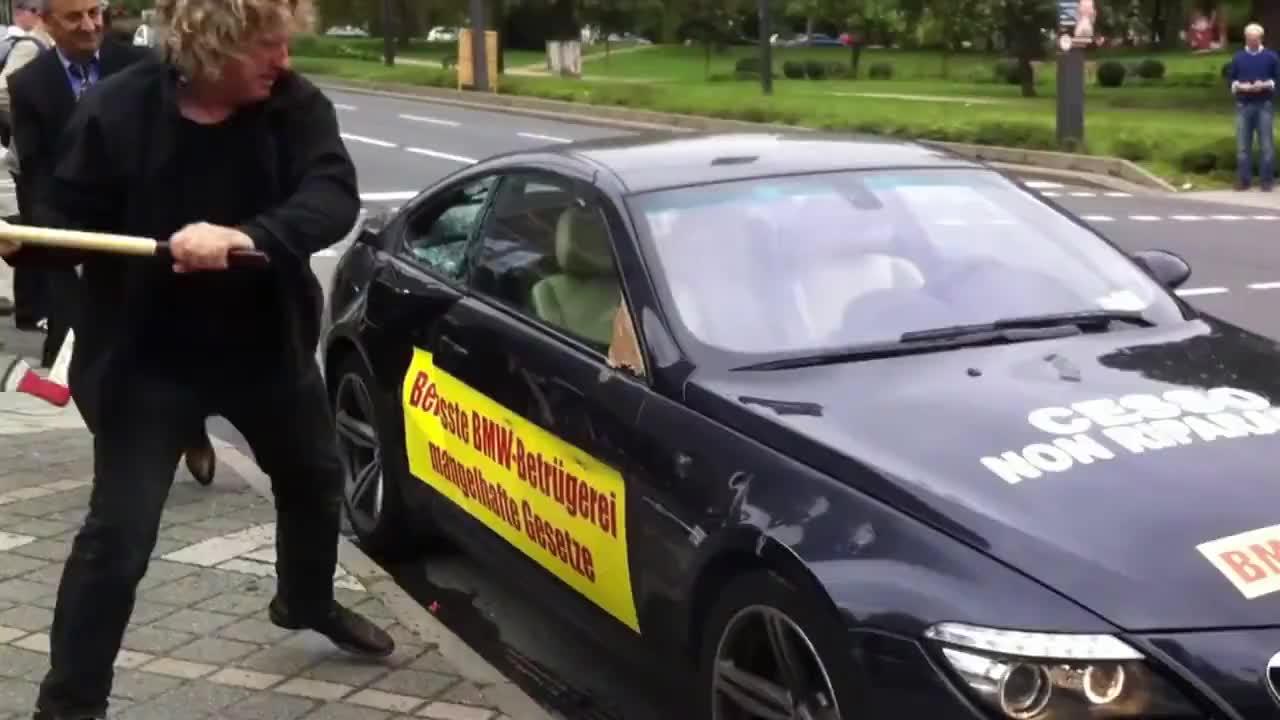 Недоволен клиент разби BMW M6 пред вратите на салона във Франкфурт