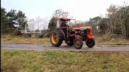 Трактор направо оре с гумите