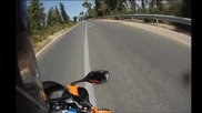 Велосипедист пресича пътя, без да поглежда назад