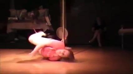 100 килограмова жена танцува на пилон!