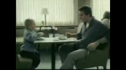 Дете Се Гаври С Баща Си