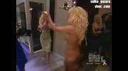 Памела Андерсън гола поднася тортата за Рождения Ден на Хю Хефнер