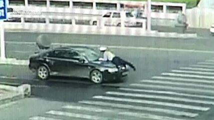 Полицай скача върху капака на движещ се автомобил, за да спре шофьор