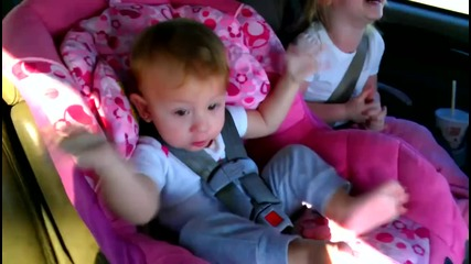 Само гледайте какво се случва с едно дете докато спи, но чуе любимата си песен!