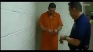 Хитър затворник показва как се чупят белезници пред очите на полицаите!