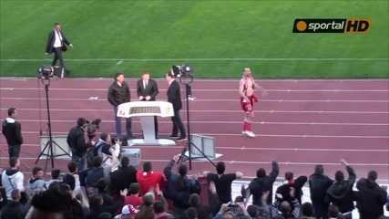 Стоян Колев остана без фланелка и гащета след победата