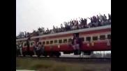 Знаете ли колко индийци могат да се съберат в един влак Доста повече от колкото в един китайки влак!