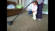 Мери чисти с прахосмукачката