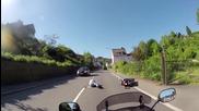 Нагъл шофьор умишлено бута моторист , и тръгва да бяга , вижте как друг го догони !