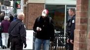 Полицай се кара защо уринира