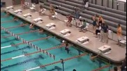 Състезател по плуване е бърз като торпедо в басейна !