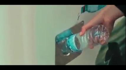Улична машина събира бутилки за рециклиране и в замяна дава храни на бездомните кучета