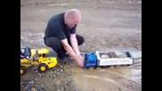 Камион играчка в кал