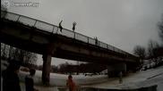 Руснак скача от 7 метров мост в ледена река