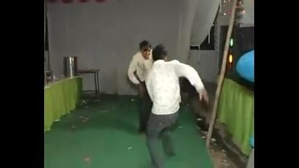 Ето как се танцува в индийските дискотеки !!!