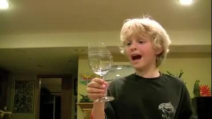 Дете чупи чаша с гласа си