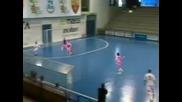 Италиански състезател по футзал отбелязва феноменален гол !