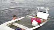 Идиоти потапят лодка