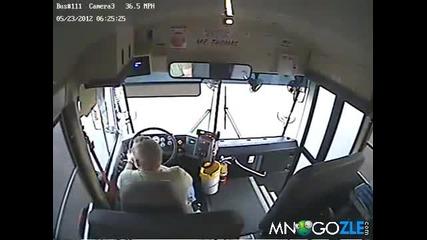 Автобус влиза в къща.