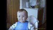 Сладко бебче се смее на вскичко [xaxaxaxa]