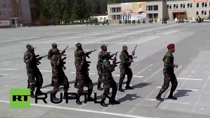 Войници от Мозамбик изпълняват боен танц в Новосибирск