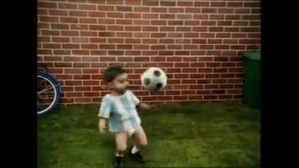 Много Смях Малко бебе играе като Кристиано Роналдо