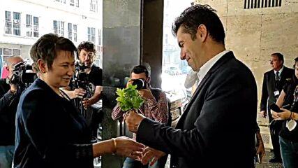 Кирил Петков посрещна Даниела Везиева в министерството