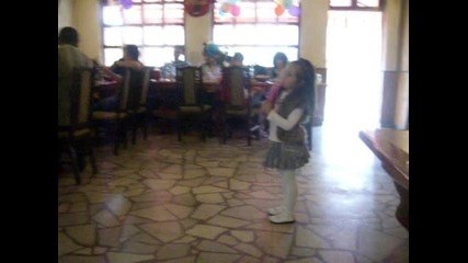 Вики пее и танцува