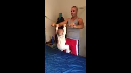 Баща тренира 6 месечното си бебе